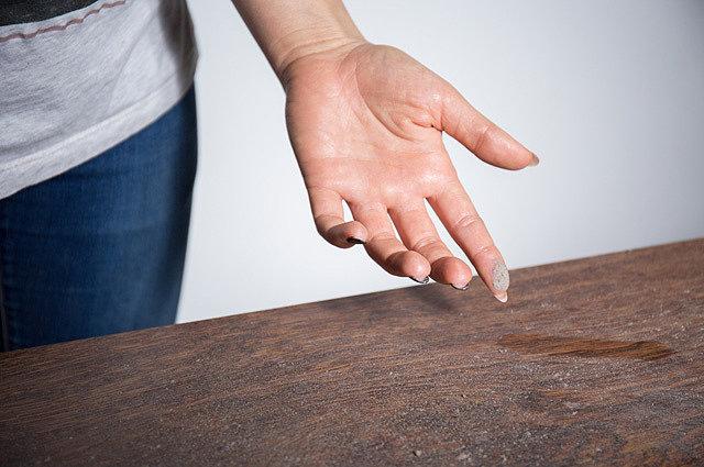 Так выглядит обычный стол в любом жилище, если долго не проводить уборку.