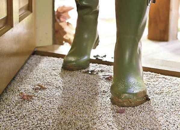 Следы от грязной обуви можно несложно удалить с ковролина